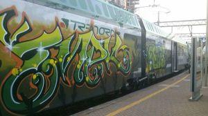 Ed ecco dopo sole 2 settimane il primo nuovo treno coradia vandalizzato, Varese-Milano delle 7.36. E non chiamatela arte, l'arte può trasmettere qualsiasi emozione, ma non dovrebbe mai creare disagi al prossimo. Dall'interno sembra di viaggiare in container dato che non si può neanche guardare fuori. Ciao Varesenews, Carlo.
